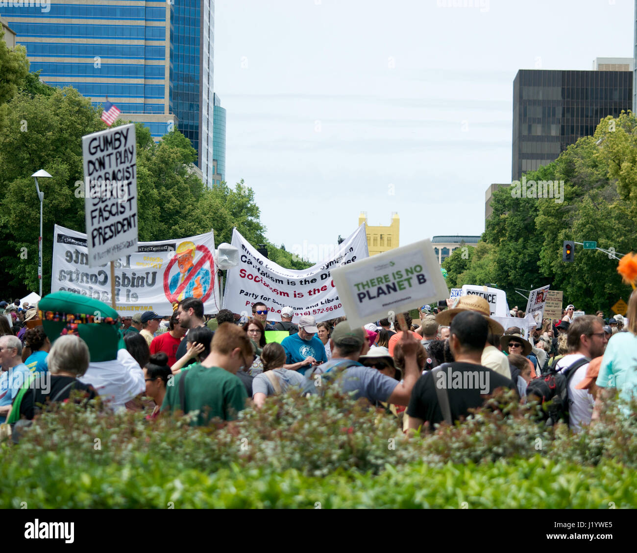 Sacramento, California, USA. 22nd Apr, 2017. People in Sacramento carrying signs and chanting slogans during the Stock Foto