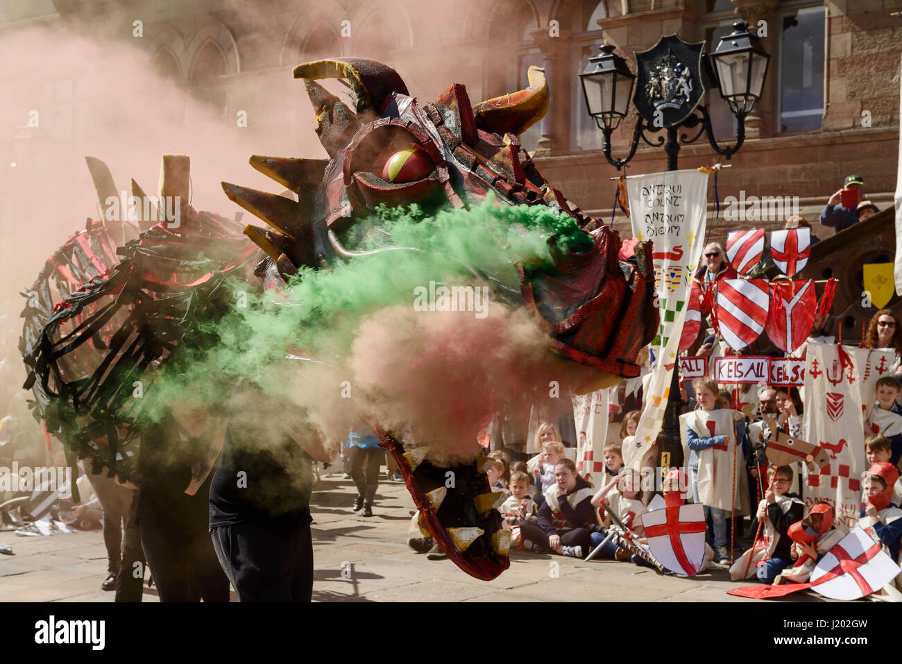 Chester, UK. 23rd April 2017. A smoke breathing dragon makes an entrance as part of the St George's day medieval Stock Foto