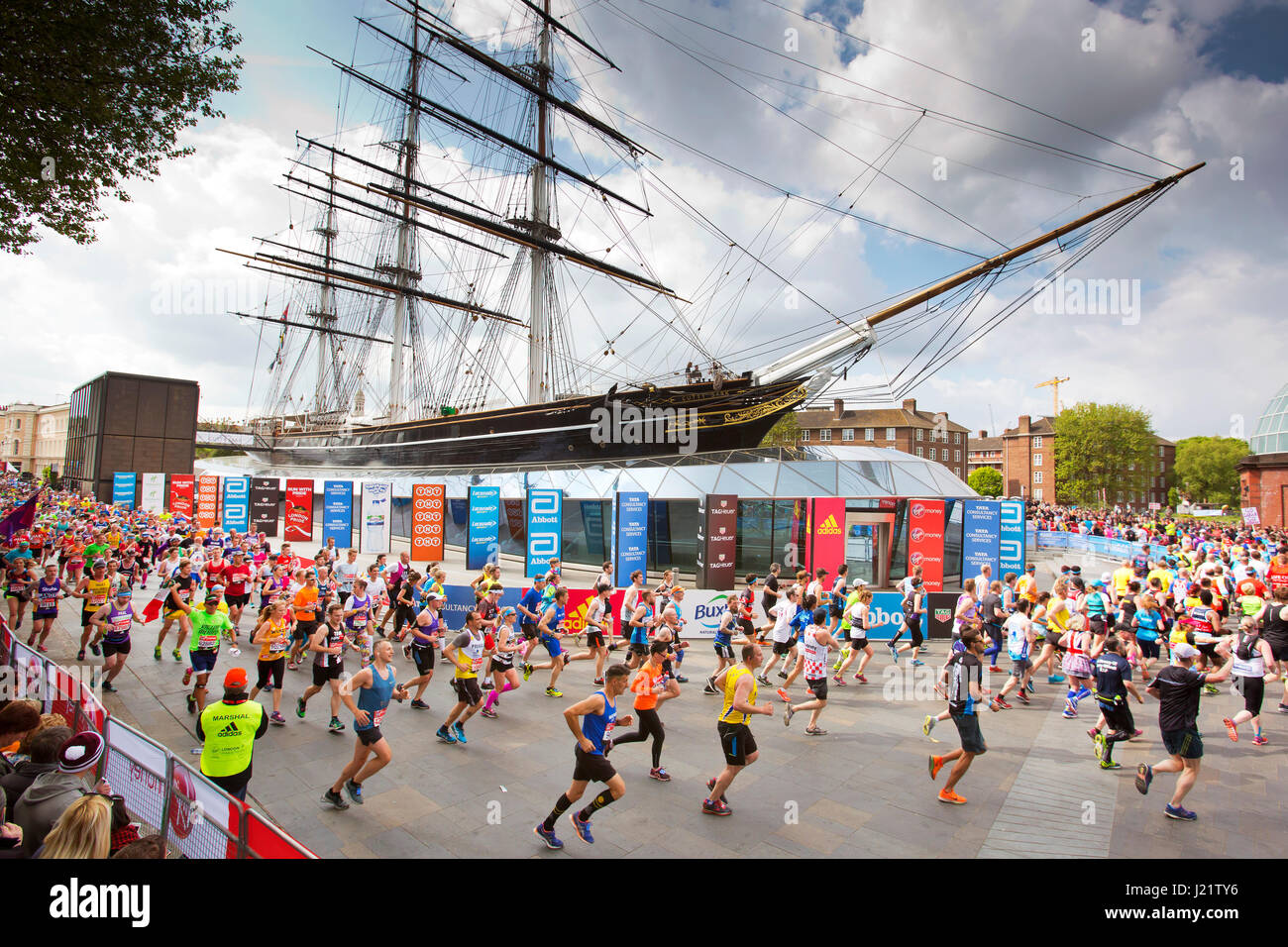 London, UK. 23rd April, 2017. Participants take part in the Virgin London Marathon 2017. Pictured passing Cutty Stock Foto