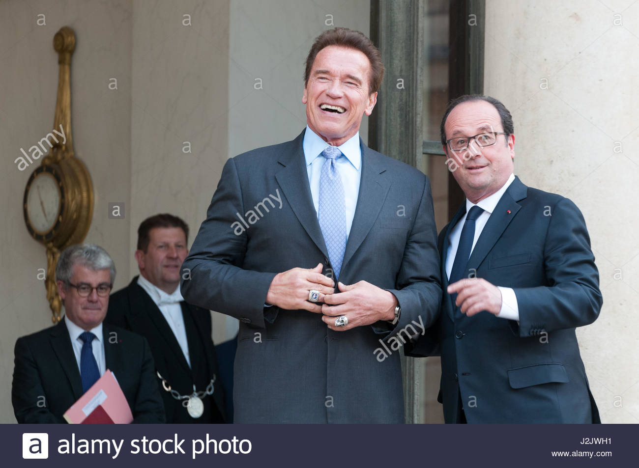 Paris, France. 28th Apr, 2017. French President Francois Hollande (R) poses with US actor and former governor of Stock Foto