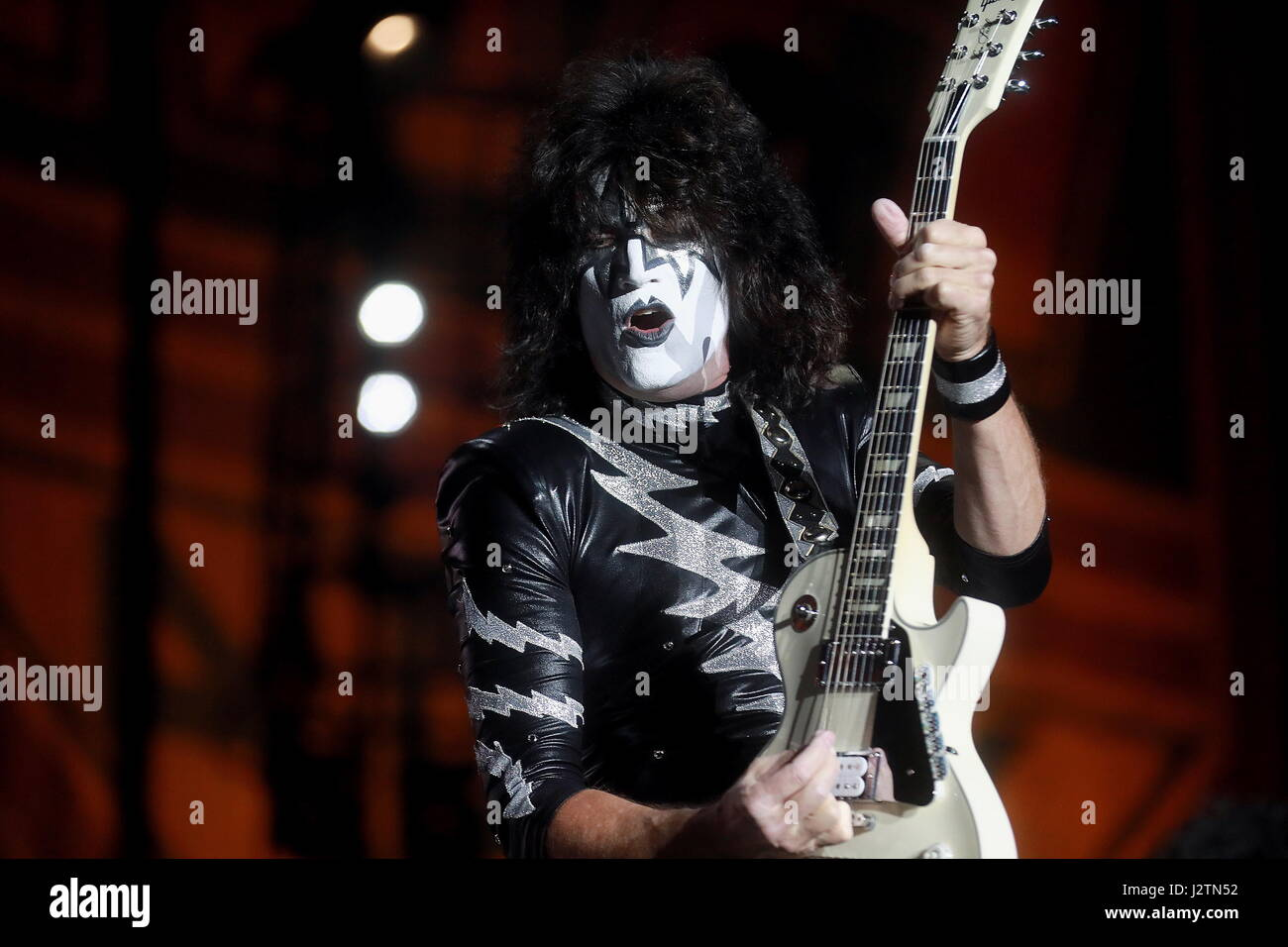 Moscow, Russia. 1st May, 2017. Lead guitarist Tommy Thayer of American hard rock band KISS performs during a concert Stock Foto