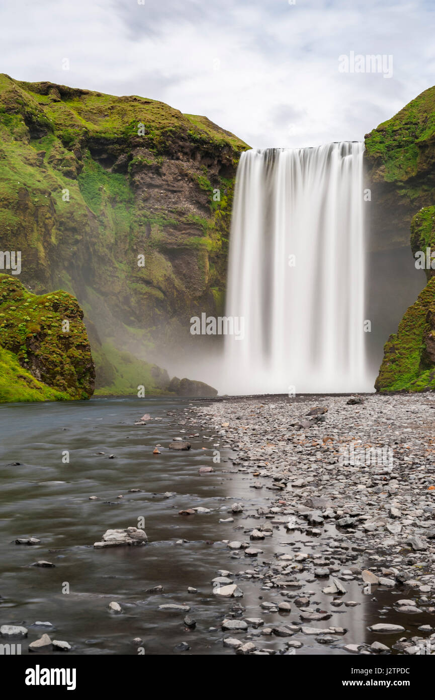 long-exposure-of-skogafoss-waterfall-sko