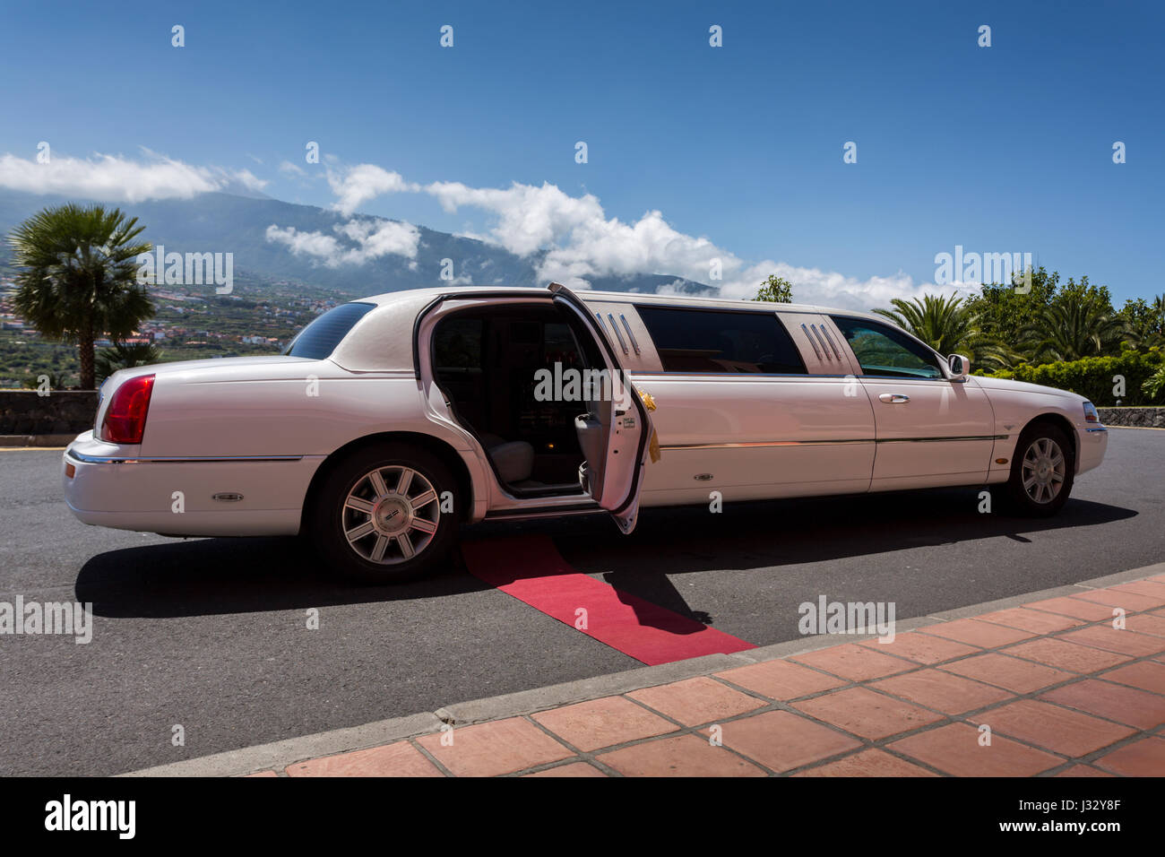 white-lincoln-limousine-car-decorated-fo
