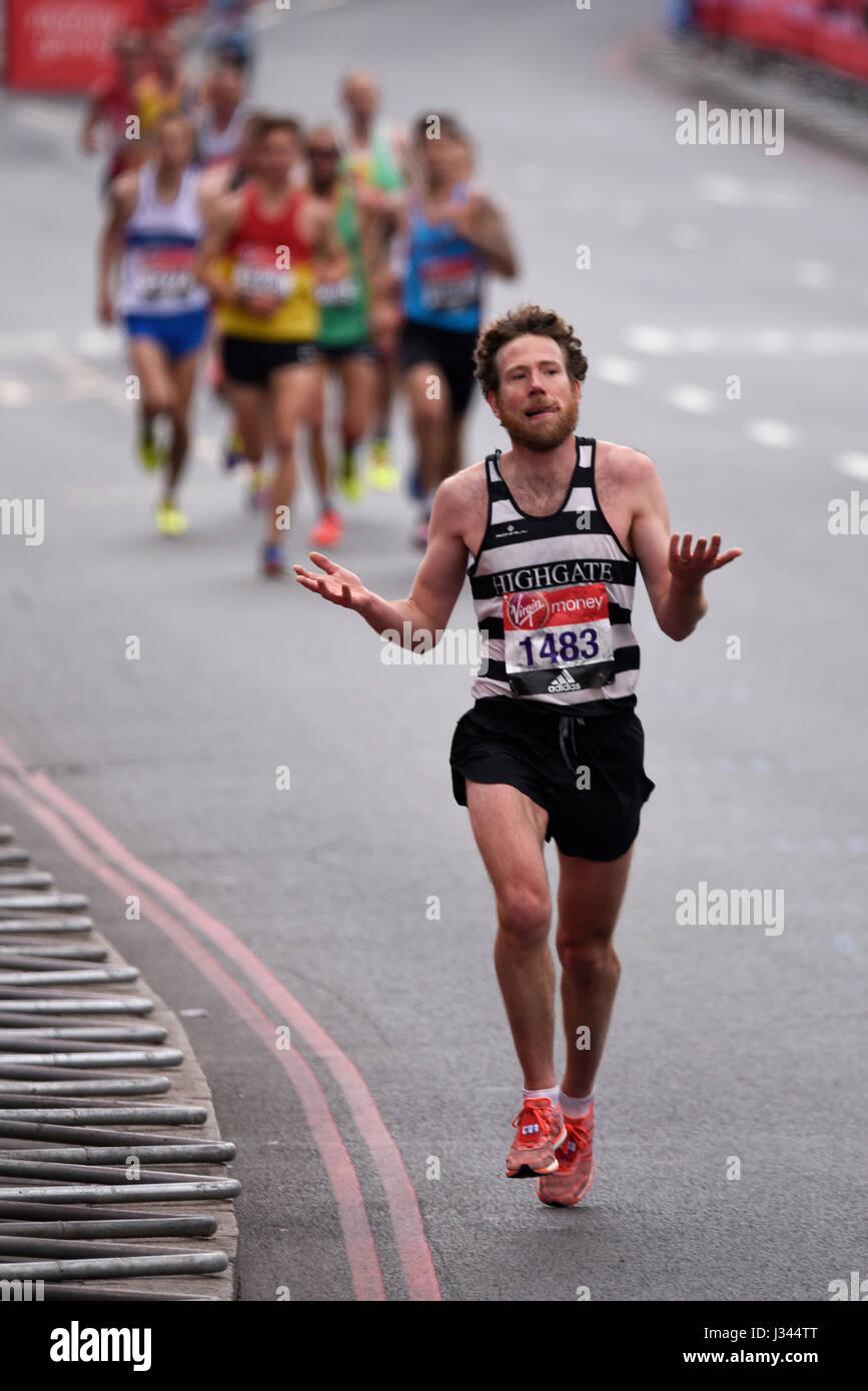 club-runners-led-by-shaun-dixon-running-in-the-2017-london-marathon-J344TT.jpg