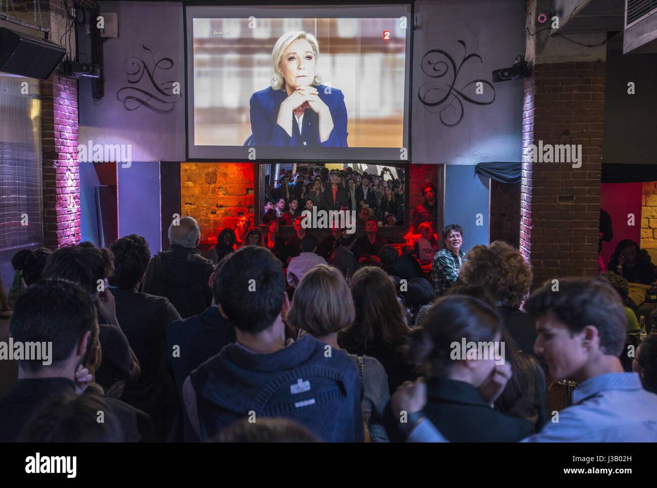 Paris, France. 3rd May, 2017. People watch a broadcast of the TV debate between French presidential candidates Emmanuel Stock Foto