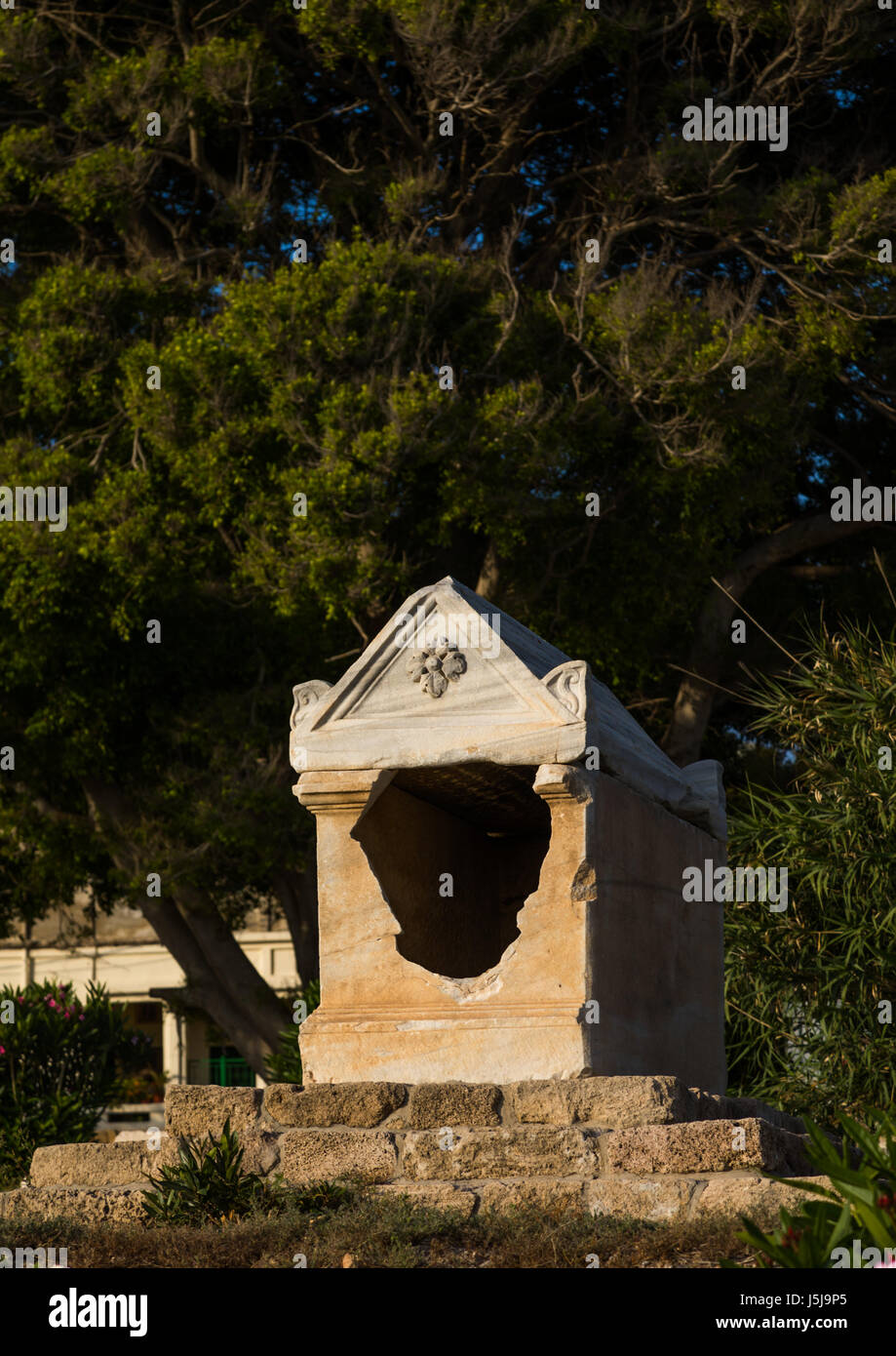 Old grave in al-Mina archaeological site, South Governorate, Tyre, Lebanon - Stock-Bilder