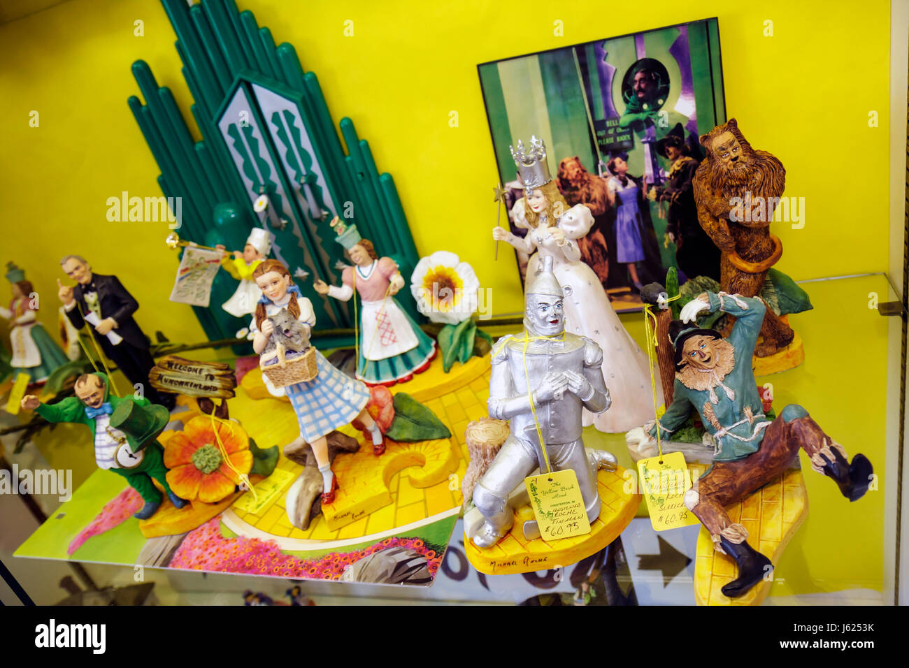 Indiana Chesterton Yellow Brick Road Gift Shop and Wizard of Oz Fantasy Museum figurines collectibles memorabilia - Stock Image