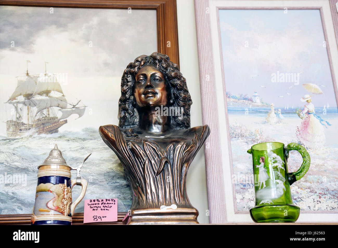 Indiana Chesterton 4th Street Market Uniques and Antiques shop vintage merchandise retail home decor framed pictures - Stock Image