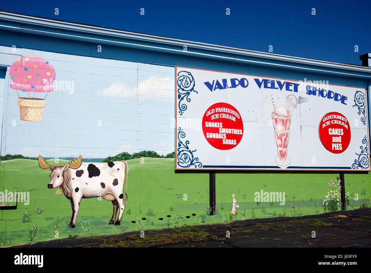 Indiana Valparaiso Valpo Velvet Shoppe ice cream maker wall mural whimsical cow dairy frozen dessert business sign - Stock Image