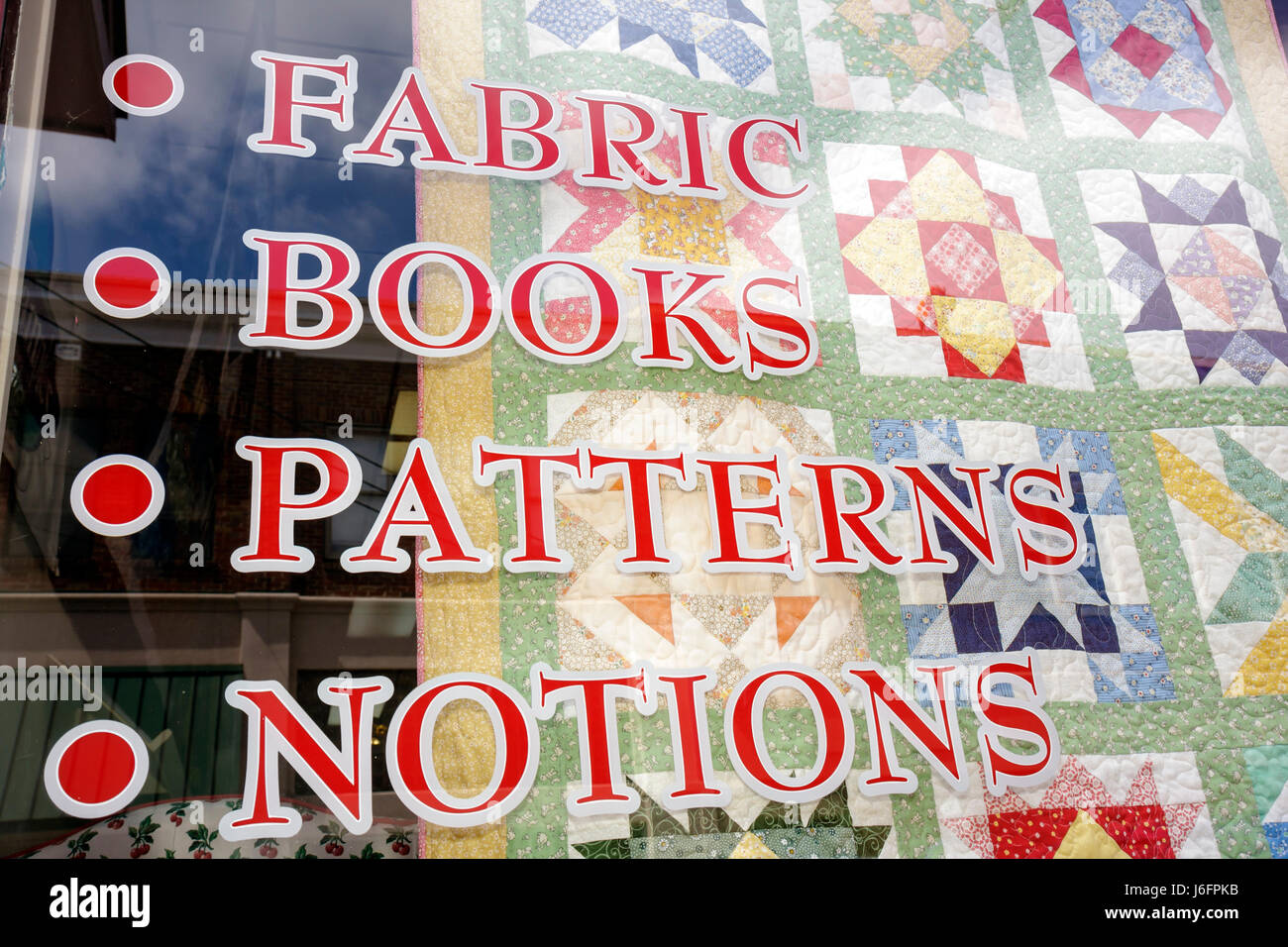 Tennessee Sevierville Bruce Street shop store window quilt sign fabric notions - Stock Image