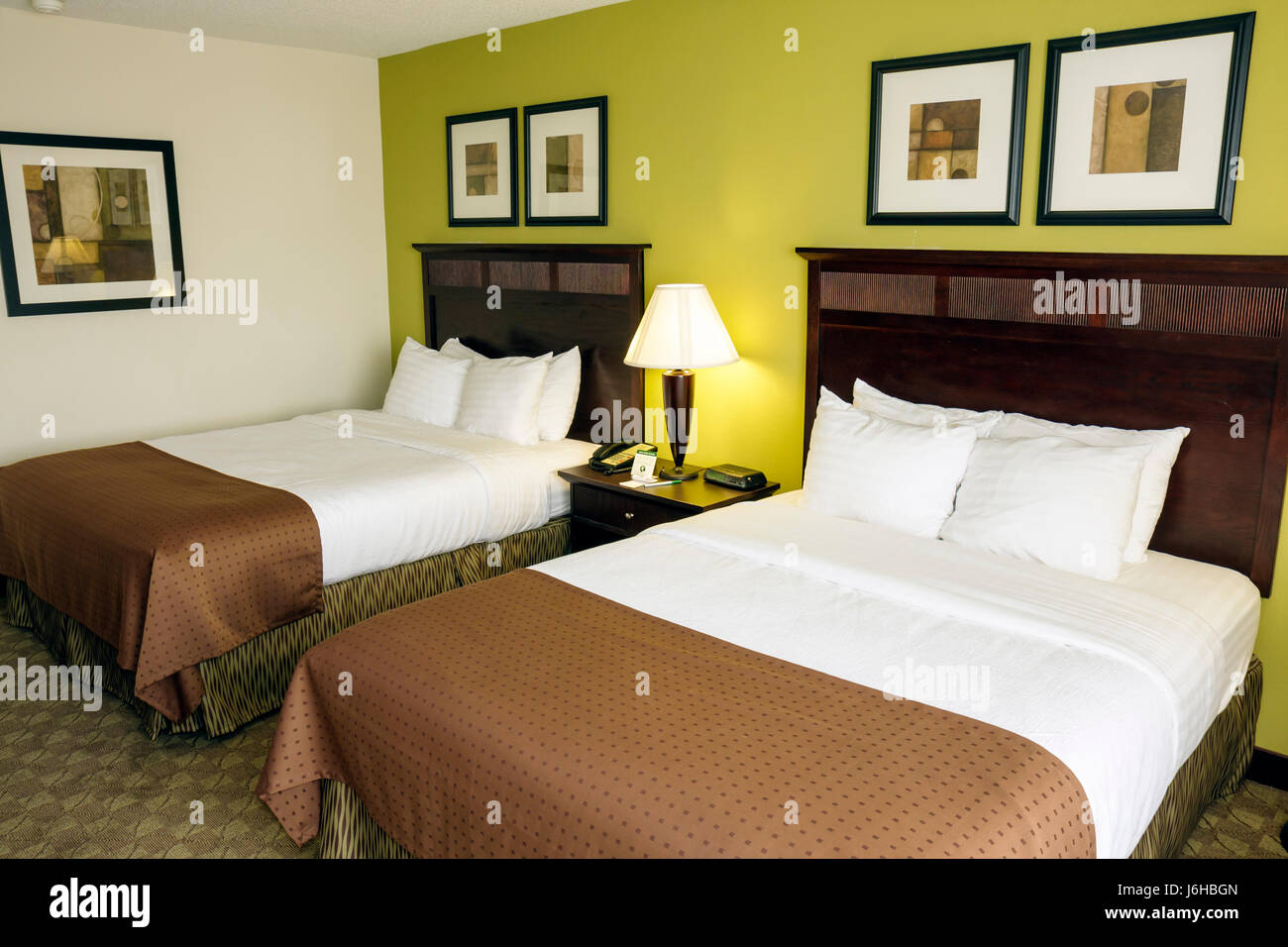 Virginia Roanoke Holiday Inn Tanglewood chain lodging hotel guest room double bed queen size lamps decor - Stock Image