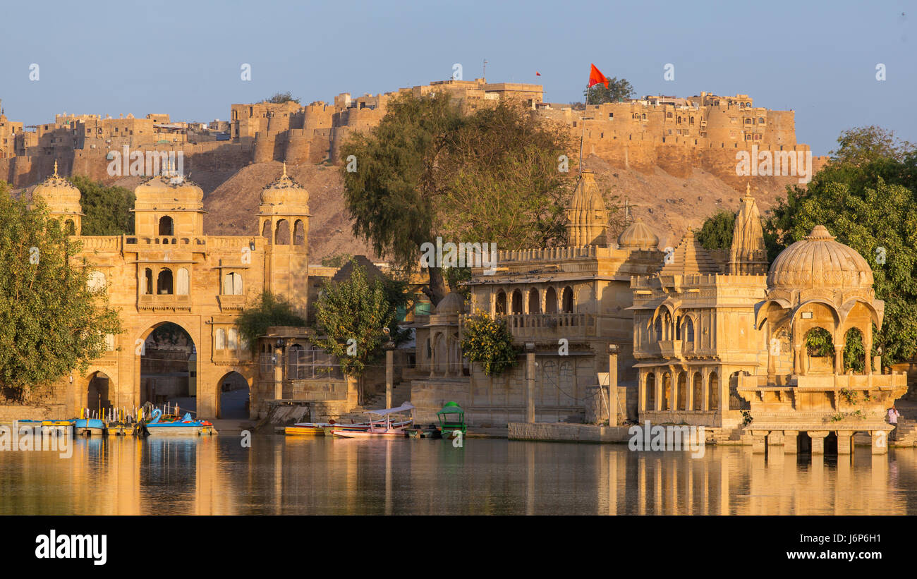 Gadi Sagar (Gadisar) Lake is one of the most important tourist attractions in Jaisalmer, Rajasthan, India. Artistically - Stock-Bilder