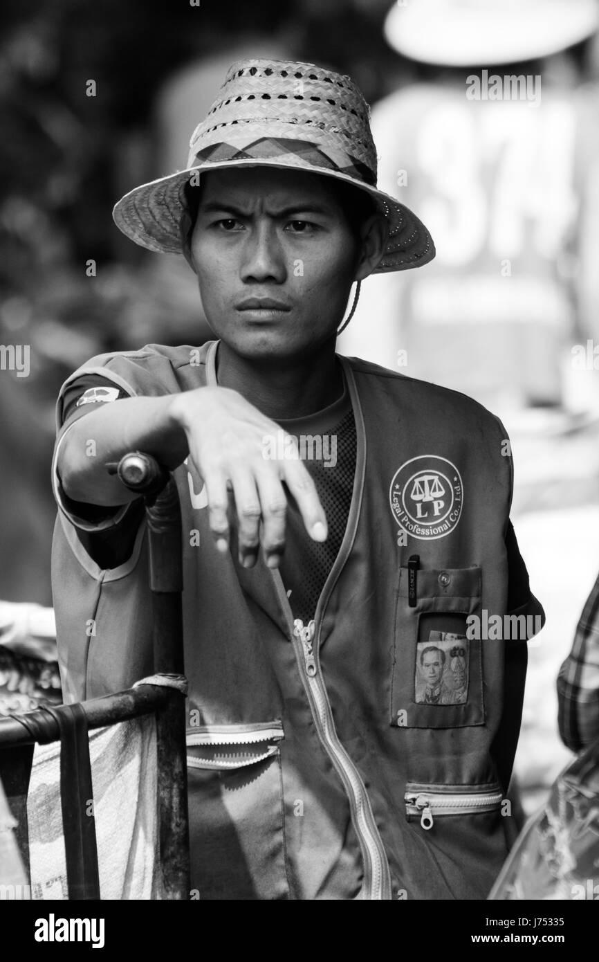 portrait-of-a-male-porter-on-khlong-toei