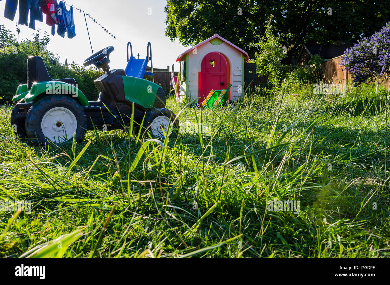 long-grass-and-toys-in-a-garden-J7GDPE.jpg
