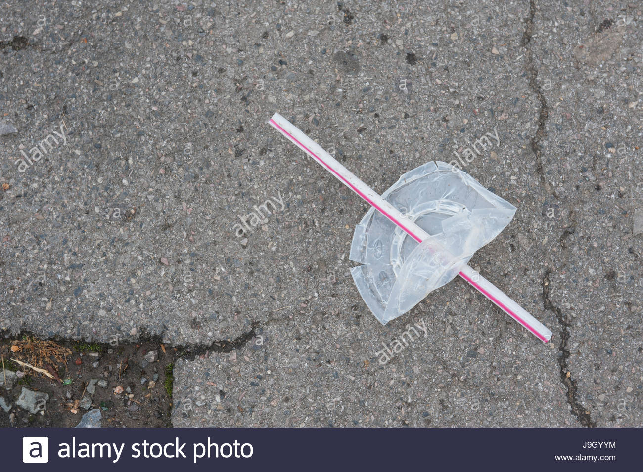 macdonalds-drinks-lid-and-straw-thrown-away-on-a-uk-street-the-nearest-J9GYYM.jpg
