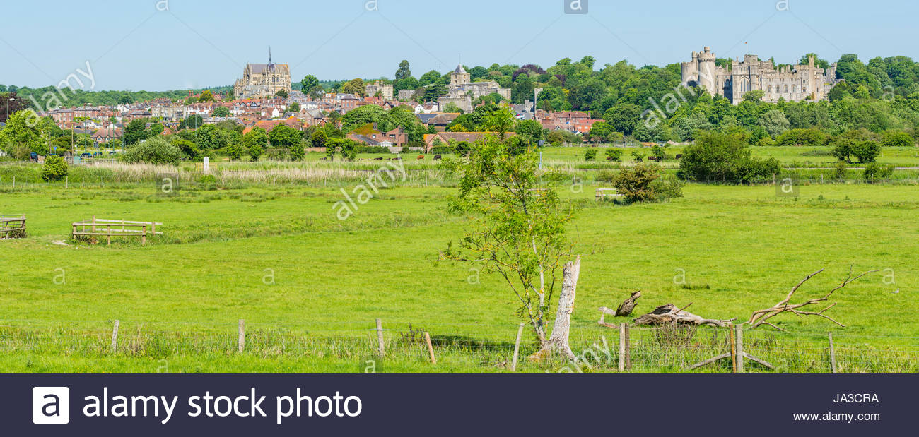 arundel-panoramic-view-of-the-market-town-of-arundel-across-fields-JA3CRA.jpg