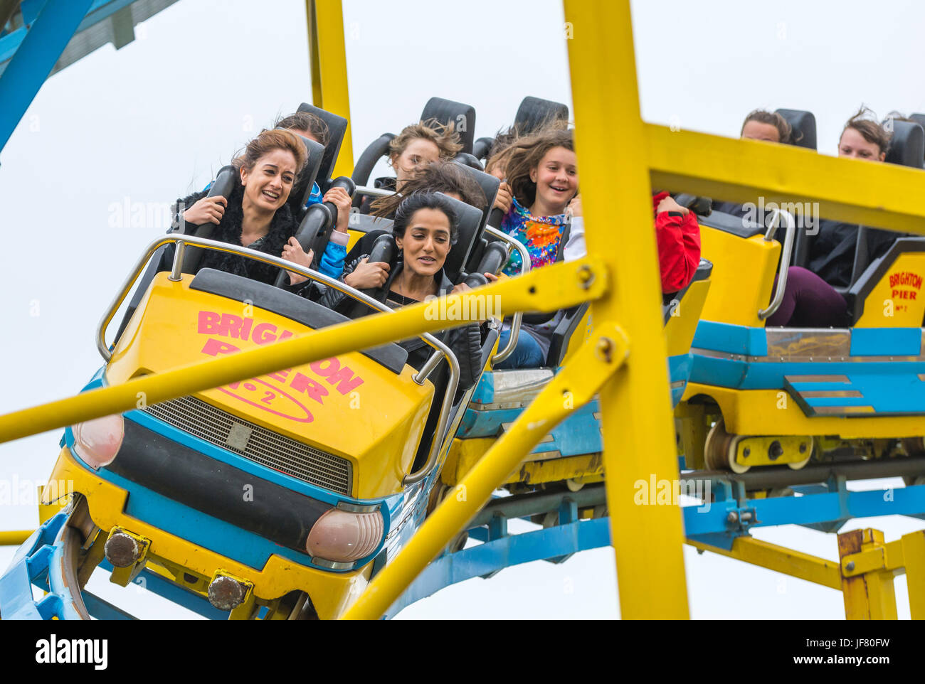 turbo-coaster-in-brighton-people-riding-on-the-turbo-coaster-roller-JF80FW.jpg