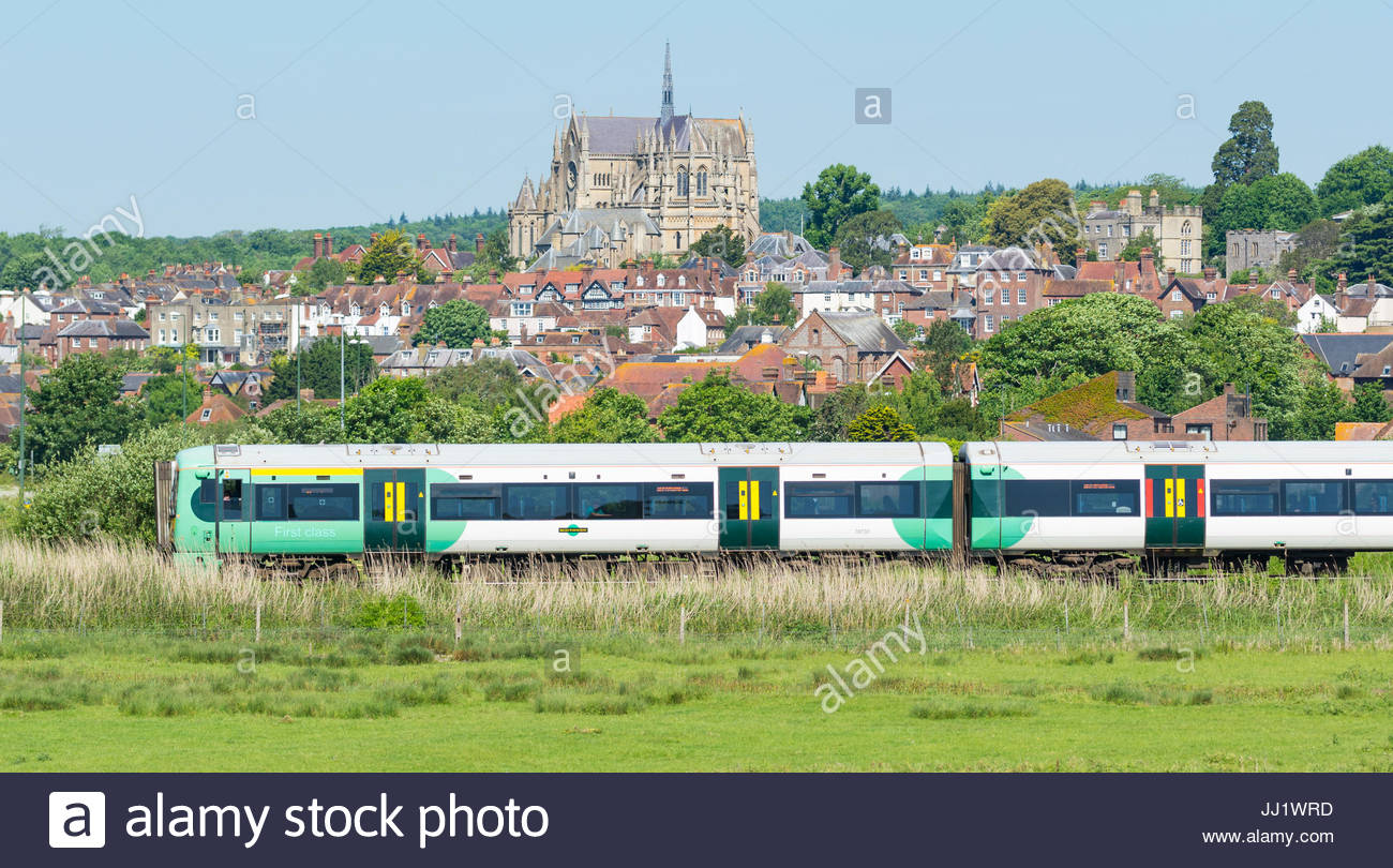 southern-train-in-the-countryside-passing-through-the-market-town-JJ1WRD.jpg