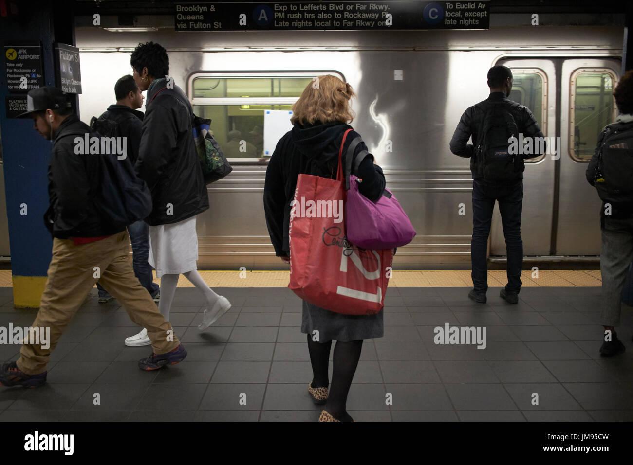 people waiting on arriving train new york subway New York City USA - Stock Image