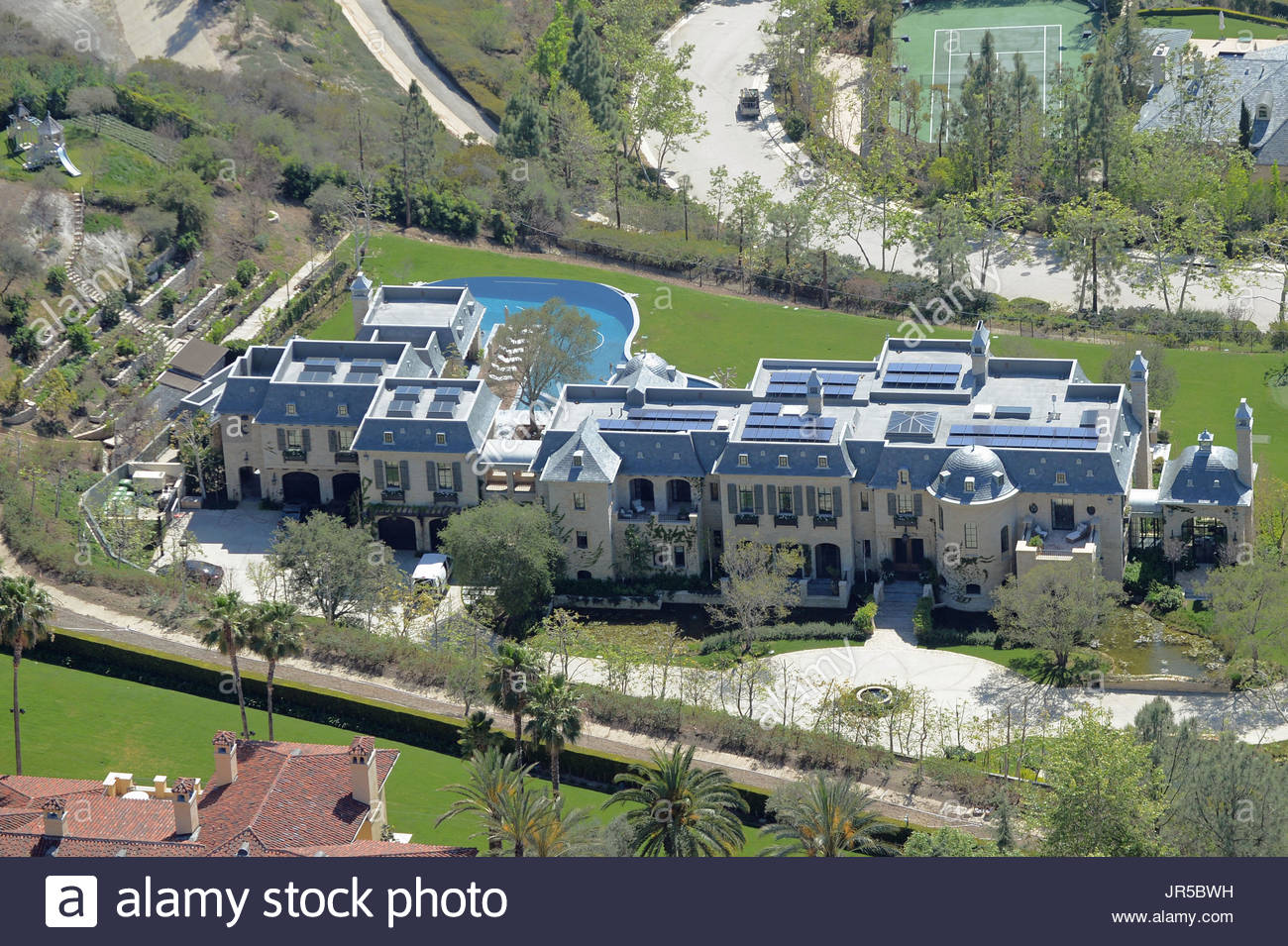 Mega mansion stock photos mega mansion stock images alamy Tom brady gisele bundchen brookline house