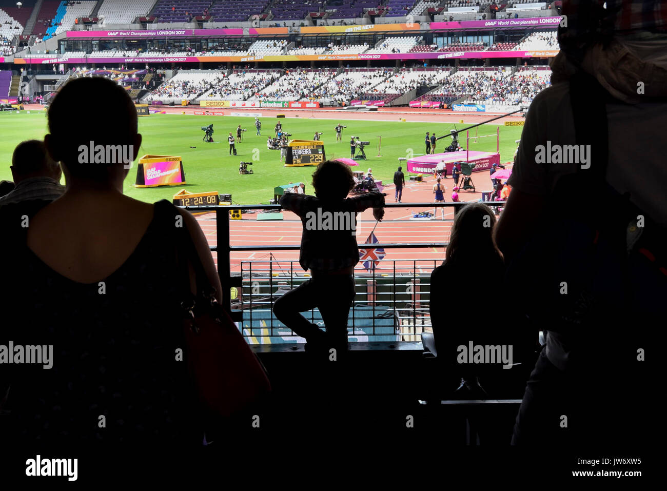 London, UK.  11 August 2017. A young fan is seen in silhouette watching the high jump qualification at the London - Stock Image