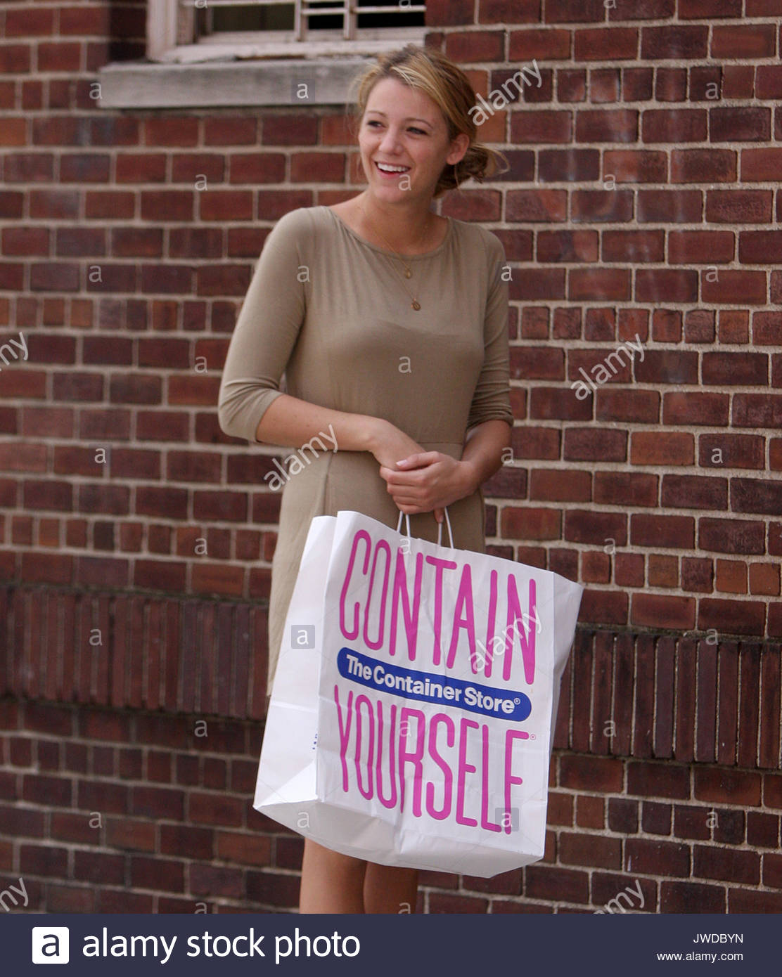 A solo Blake Lively has to stop and get out of a 'Gossip Girl' cast van because her dog 'Penny' - Stock Image