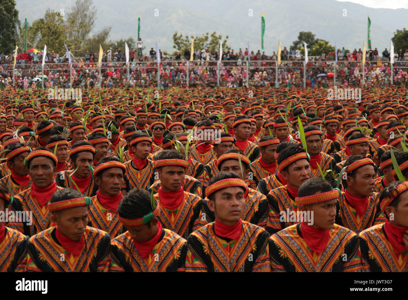 Blangkejeren, Indonesia. 13th Aug, 2017. No less than 12,000 male dancers perform traditional Saman dance at 1000 - Stock Image