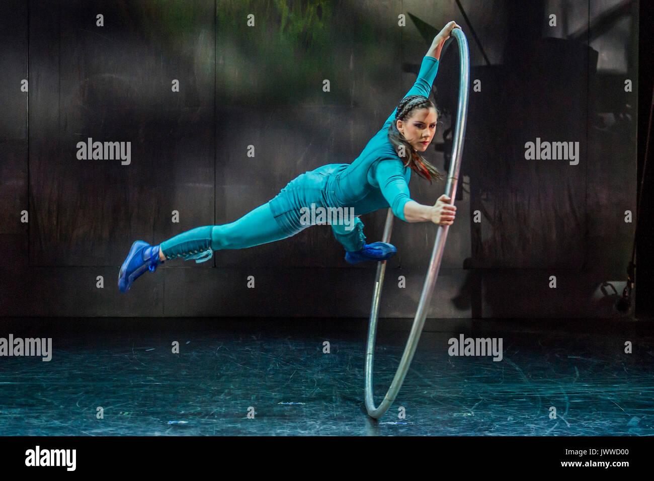 London, UK. 14th August, 2017. A Cyr wheel display by Sarah Lett - Cirkus Cirkör perform the UK premiere of Limits Stock Photo