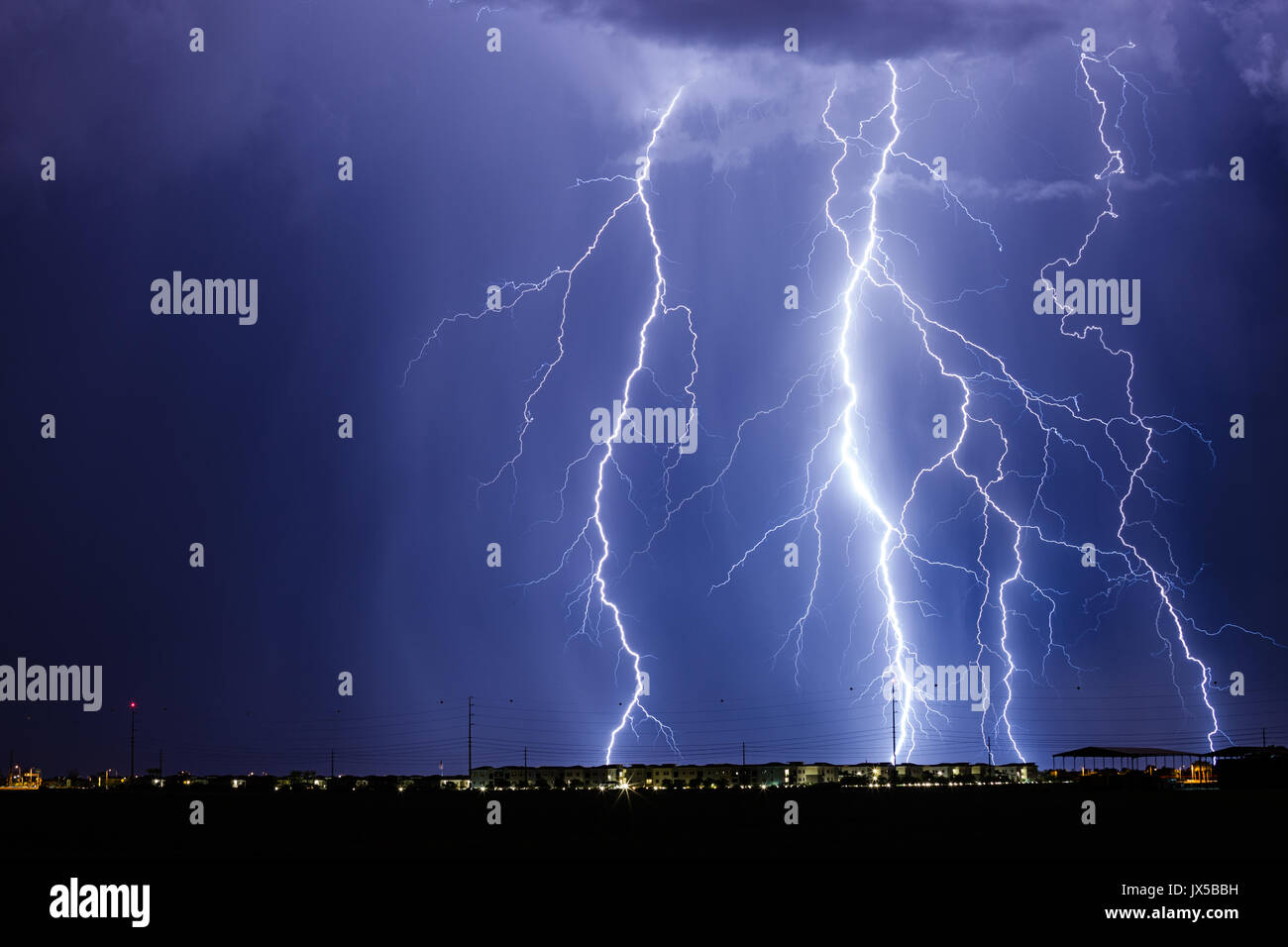 Chandler, USA. 14th Aug, 2017. Lightning fills the sky as early morning monsoon thunderstorms bring heavy rain and - Stock Image