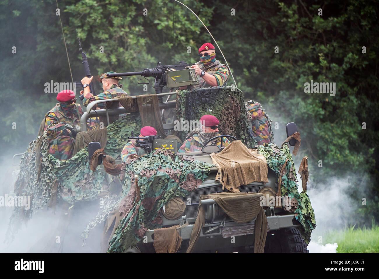 belgian-paracommandos-of-the-para-commando-regiment-under-attack-in-JX60K1.jpg