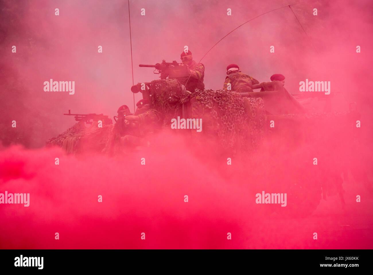 red-smoke-curtain-and-commandos-of-the-para-commando-regiment-under-JX60KK.jpg