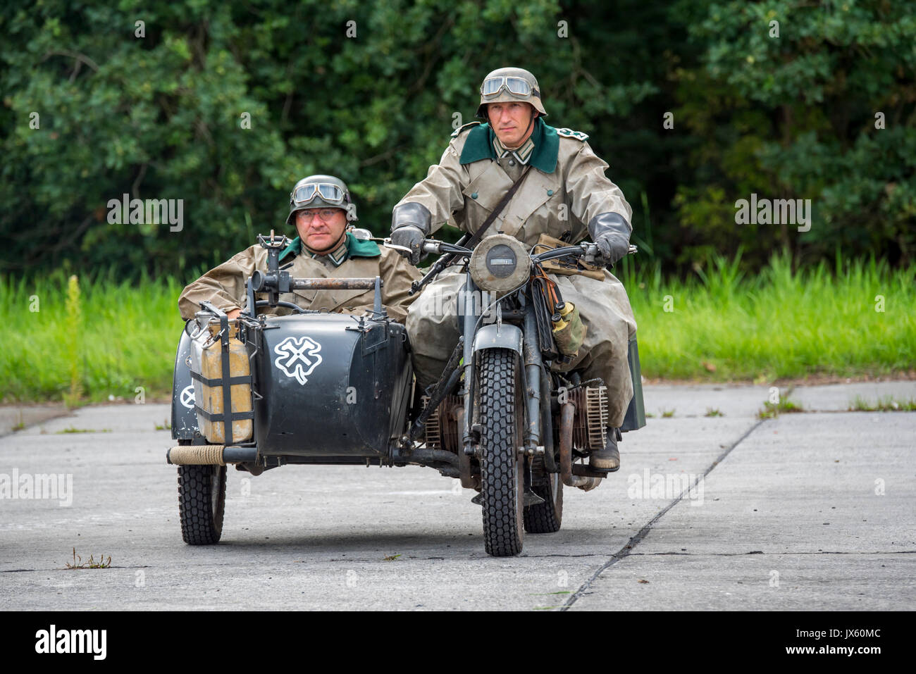 german-ww2-soldiers-riding-on-bmw-military-motorcycle-with-sidecar-JX60MC.jpg