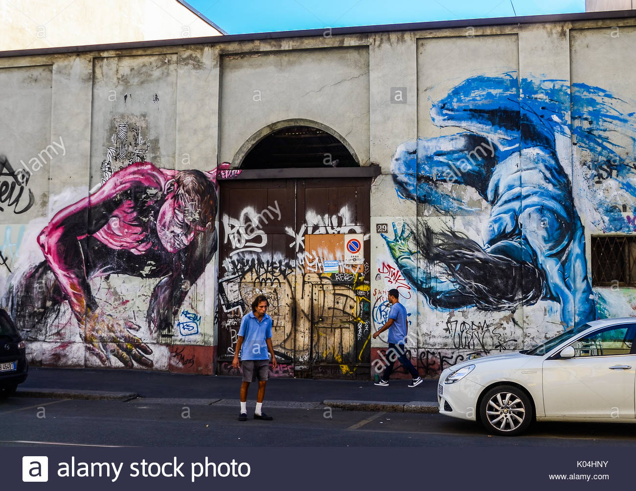 man-in-between-street-art-in-milan-italy-K04HNY.jpg