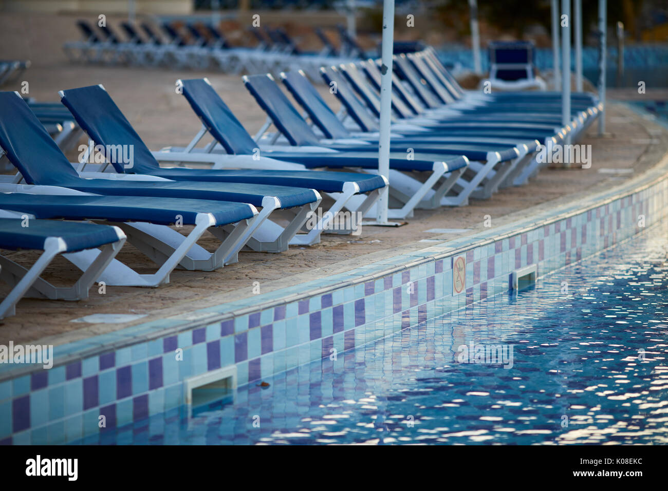 Pool loungers stock photos pool loungers stock images alamy for Phoenix swimming pool white city