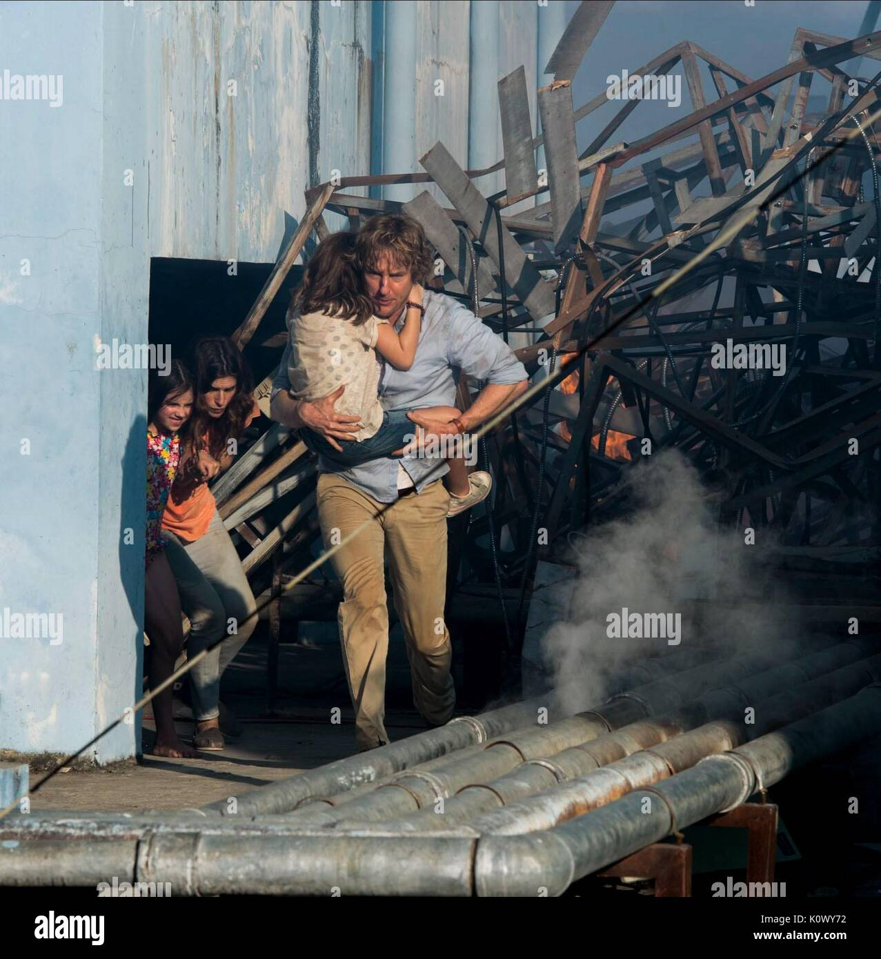 STERLING JERINS LAKE BELL CLAIRE GEARE & OWEN WILSON NO ESCAPE (2015) - Stock Image