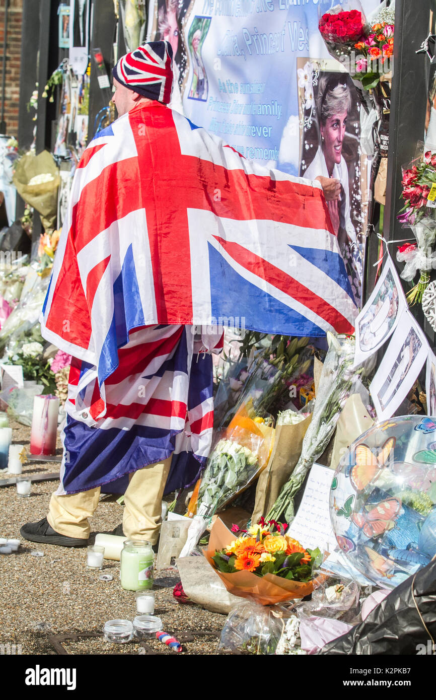 London, UK. 31st Aug, 2017. A large crowd of Diana wellwishers and media gather outside Kensington Palace gates - Stock Image
