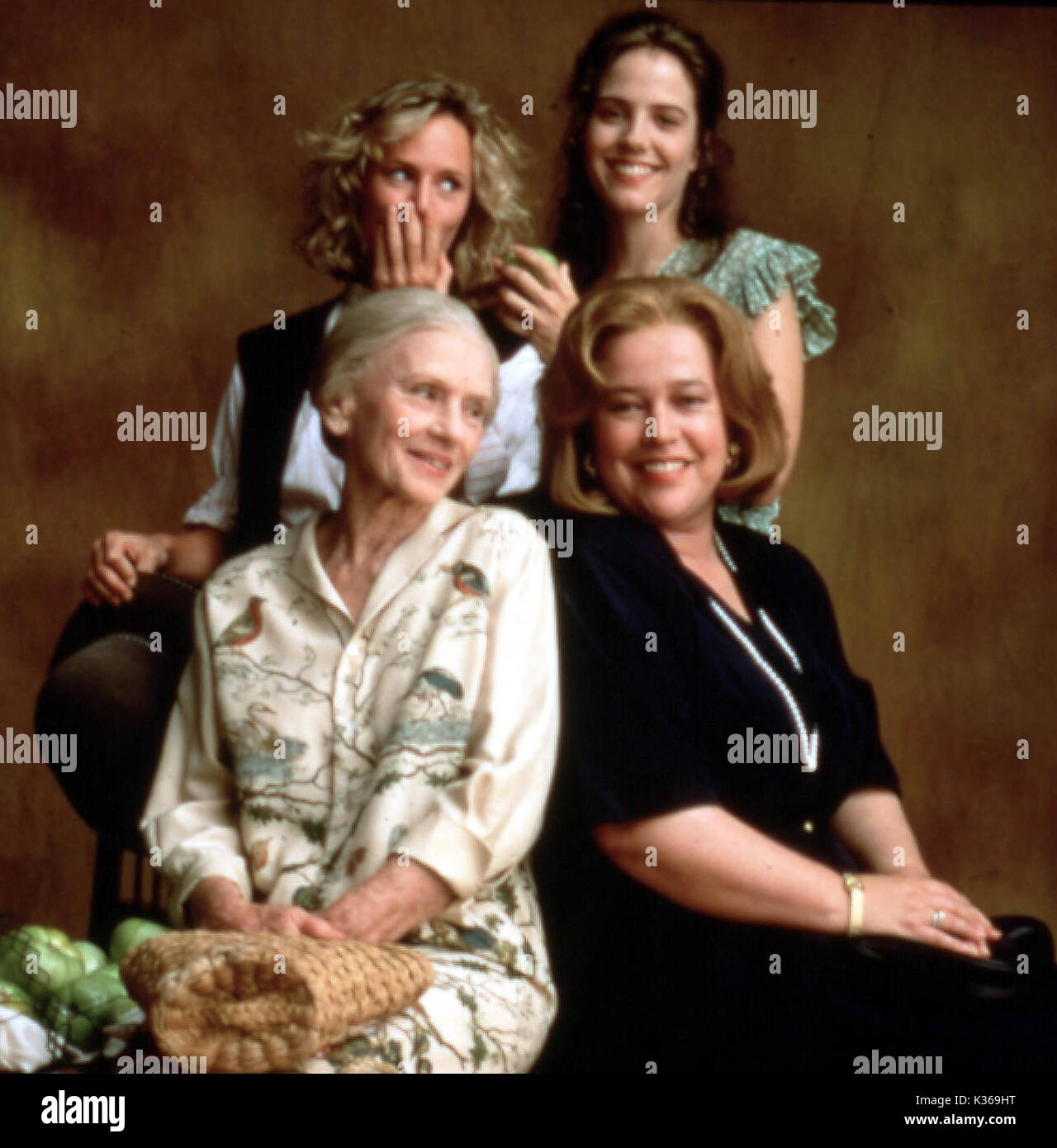FRIED GREEN TOMATOES AT THE WHISTLE STOP CAFE BACK ROW, MARY STUART MASTERSON, MARY LOUISE PARKER FRONT ROW, JESSICA - Stock Image