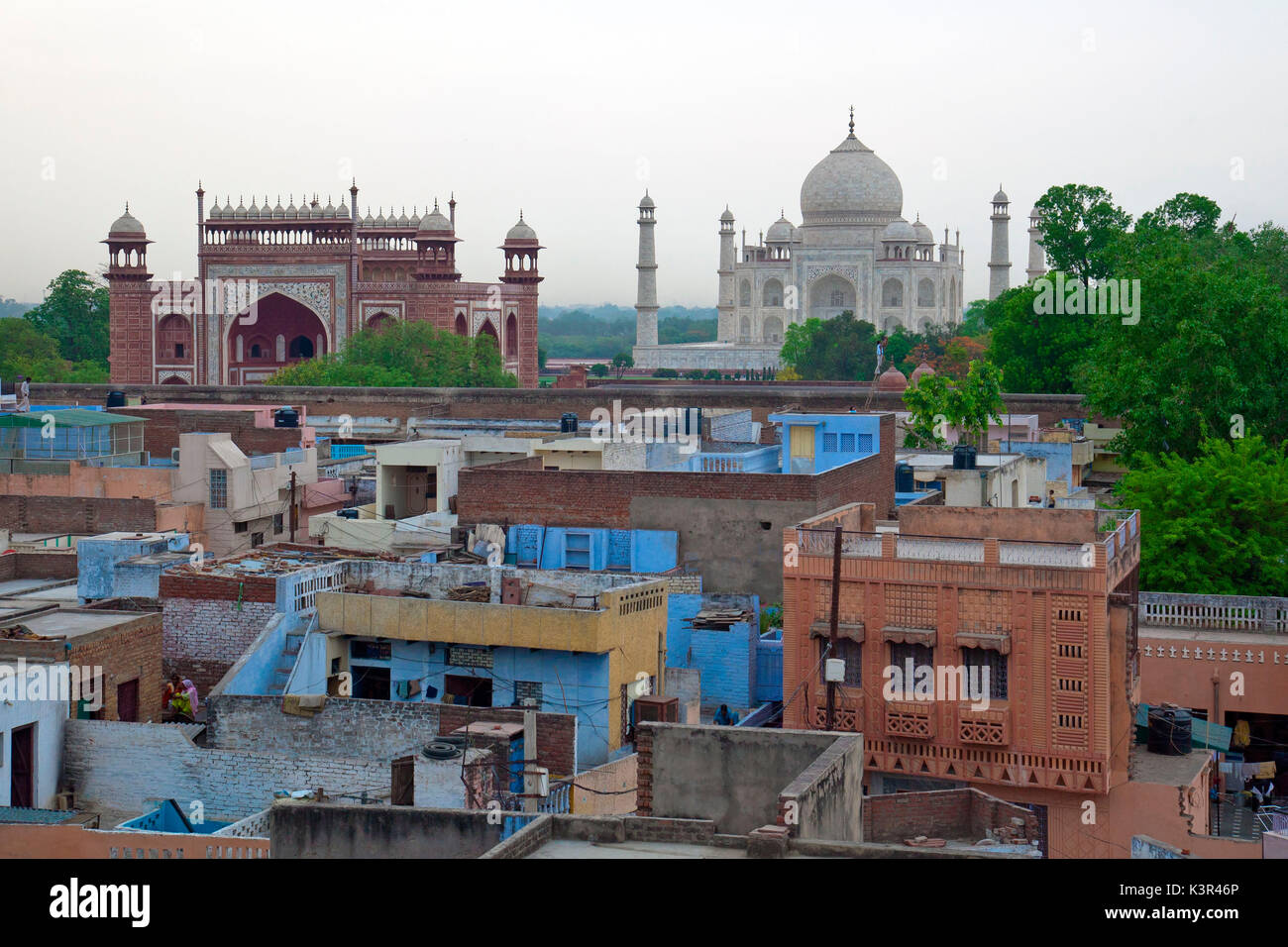 The homes of the poor contrasting with the splendor of the Taj Mahal  Agra, India - Stock Image