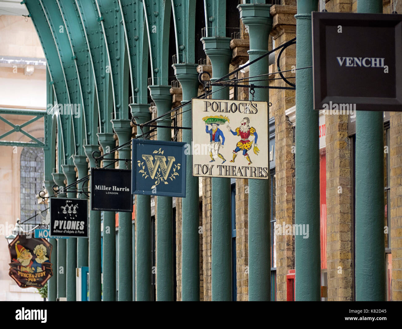 COVENT GARDEN, LONDON:  Victorian Cast Iron Pillars and Modern Shop Signs in Apple Market - Stock Image