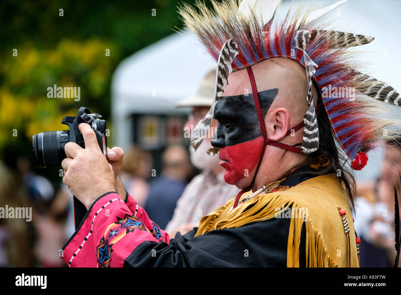 native-wahta-mohawkiroquois-warrior-using-a-canon-dslr-camera-to-photograph-K83F7W.jpg
