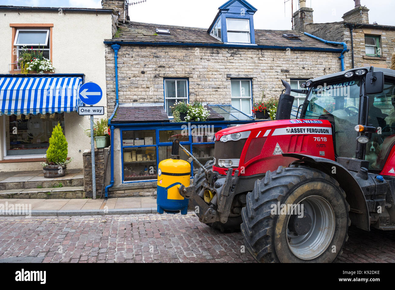 The narrow and traffic congested streets of Hawes,Yorkshire. - Stock Image