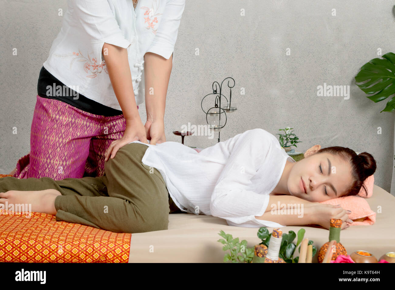 thai massage woman stock photos thai massage woman stock images alamy. Black Bedroom Furniture Sets. Home Design Ideas