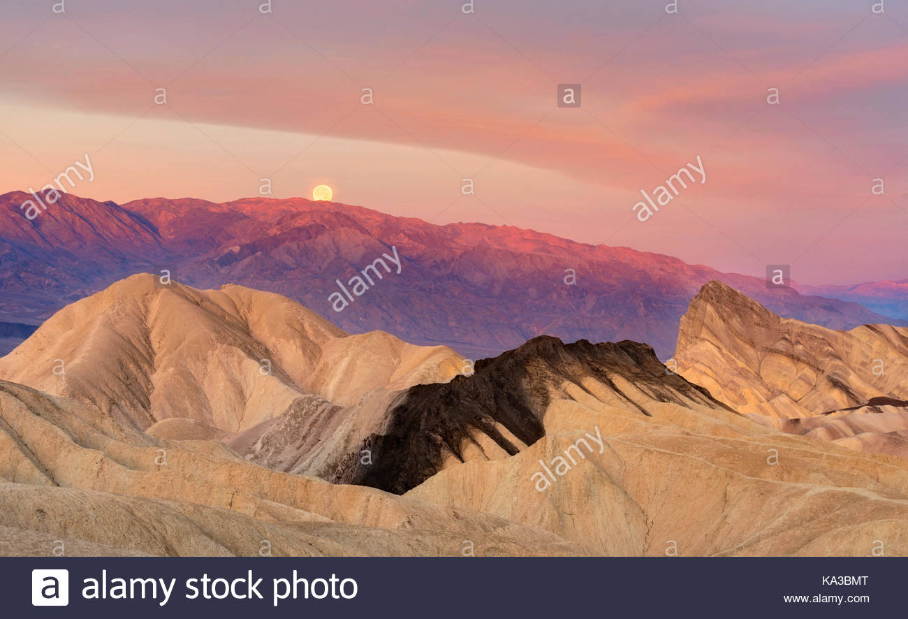 Setting Full Moon at Dawn, Death Valley National Park, California - Stock Image