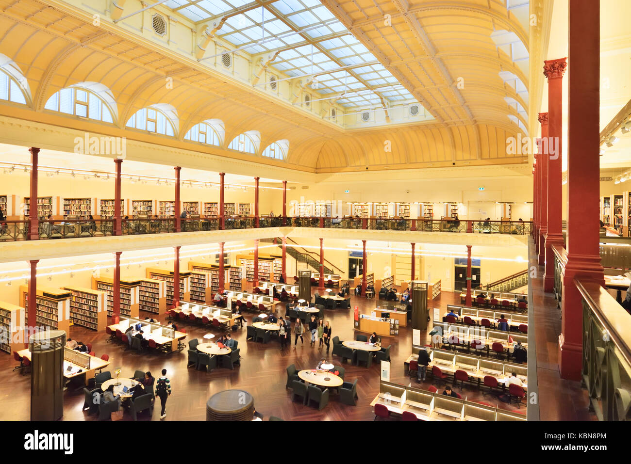 Australia Melbourne: State Library of Victoria. Second floor of the Redmond Barry Reading Room overlooking the Reading - Stock Image