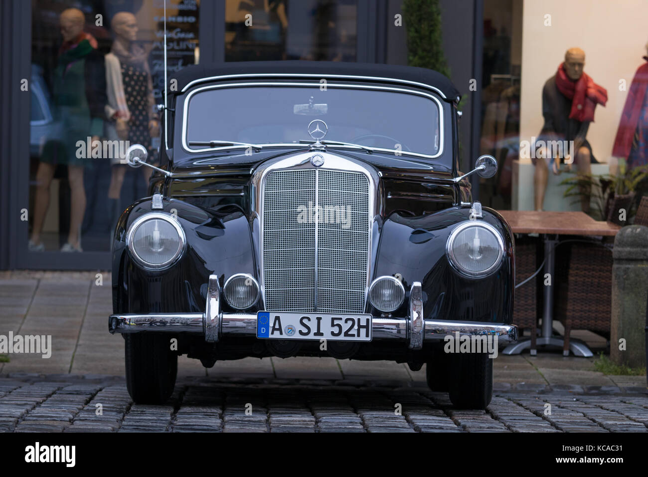 Mercedes 220 stock photos mercedes 220 stock images alamy for Moss motors used cars airport
