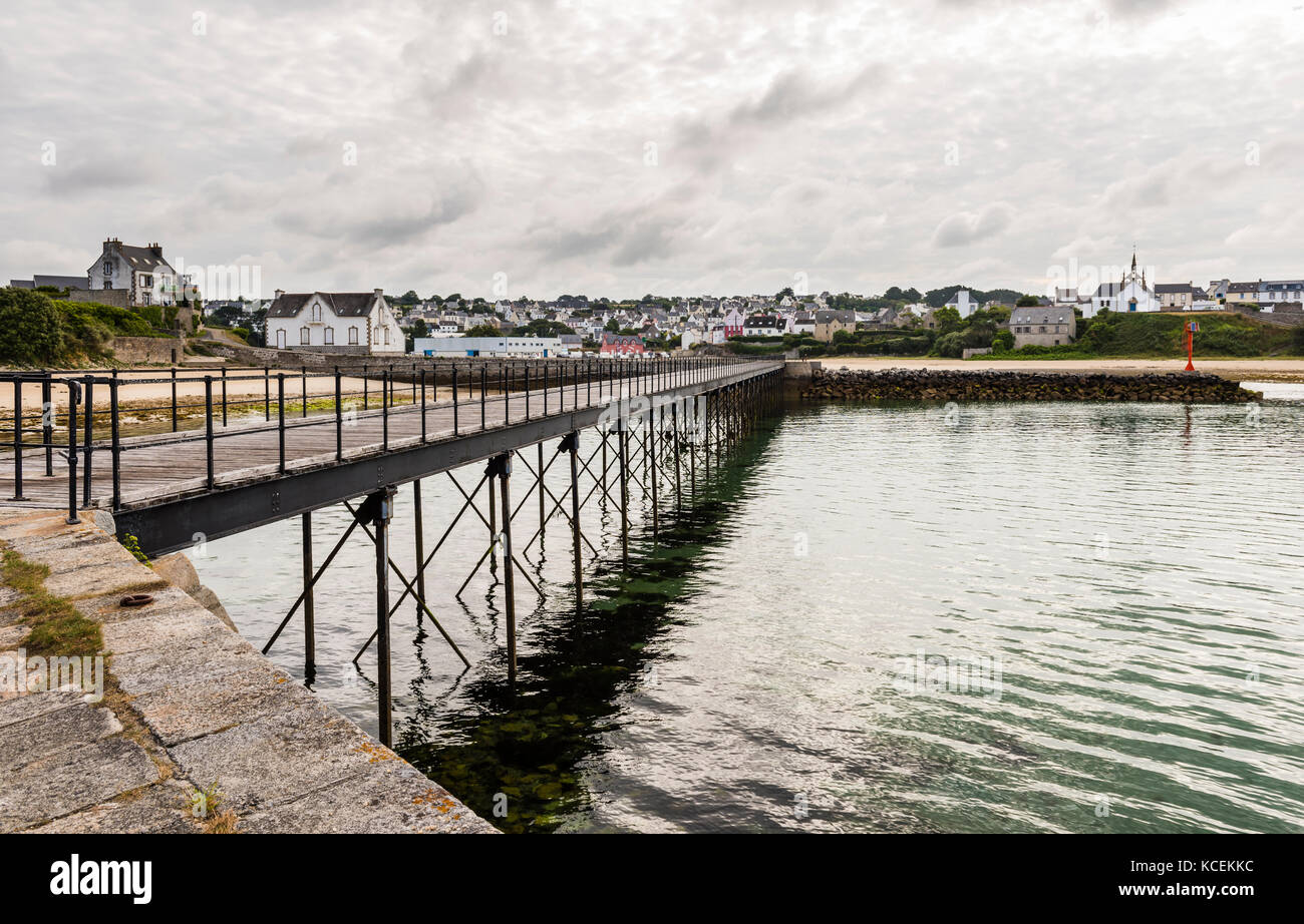 Footbridge across the bay at Audierne, Brittany, France - Stock Image