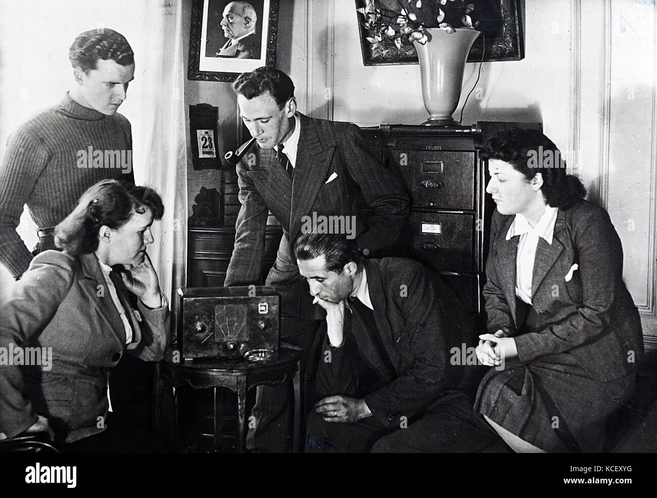 Photograph of Vichy French civilians listen to a radio broadcast by Admiral Jean Darlan (1881 – 1942) , French Admiral - Stock Image