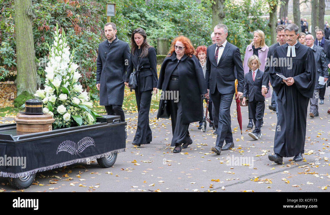 Leipzig, Germany. 4th Oct, 2017. The daughter of painter Arno Rink, Oskar Rink (l-r), her husband, the widow Christine, - Stock Image