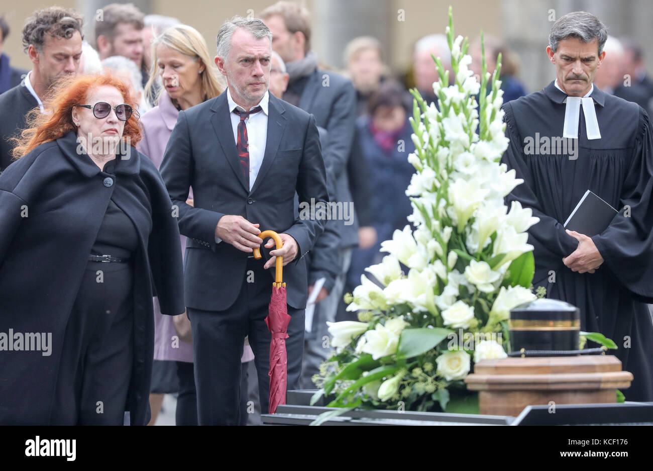Leipzig, Germany. 4th Oct, 2017. The widow Christine, painter Neo and pastor Enno Haaks follow the funeral procession - Stock Image