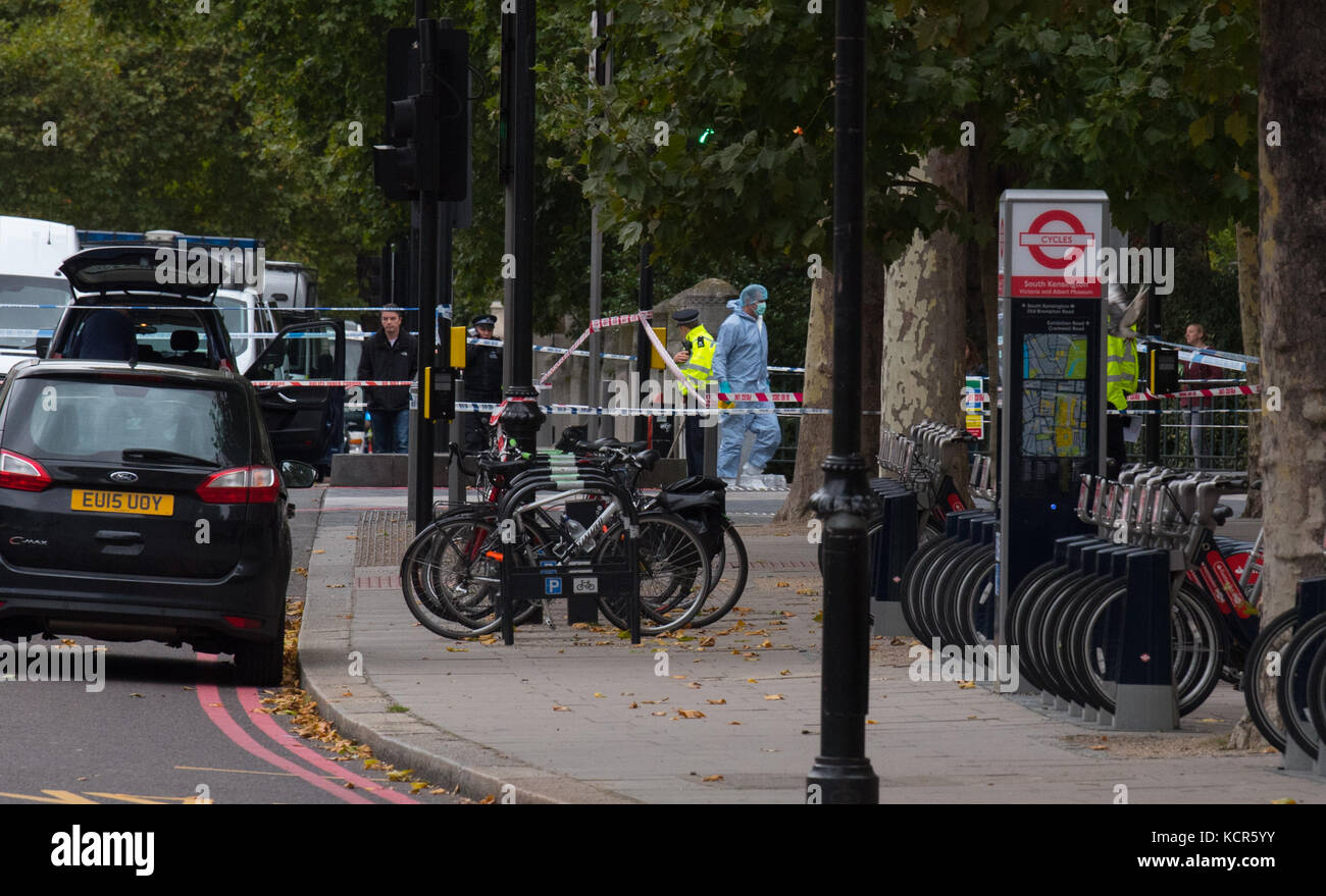 London, UK. 7th Oct, 2017. Multiple injuries reported in on-going police incident outside London's Natural History - Stock Image